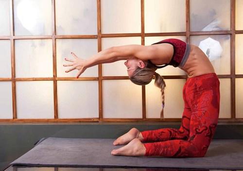 d0e3123df63e Μαθαίνοντας τα πάντα για τη Forrest Yoga με την Μπέσυ Τρίγκα!